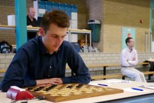 Wouter Sipma in actie tijdens de tweede ronde. Op de achtergrond Alexander Georgiev.